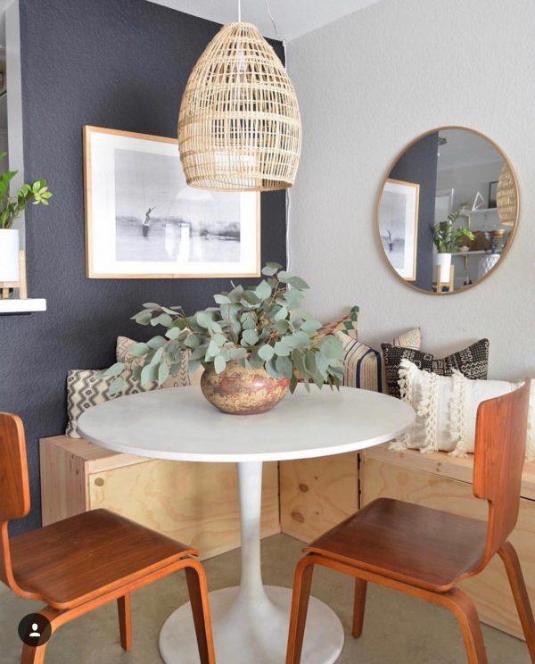 白い丸テーブルがお部屋を明るい印象に
