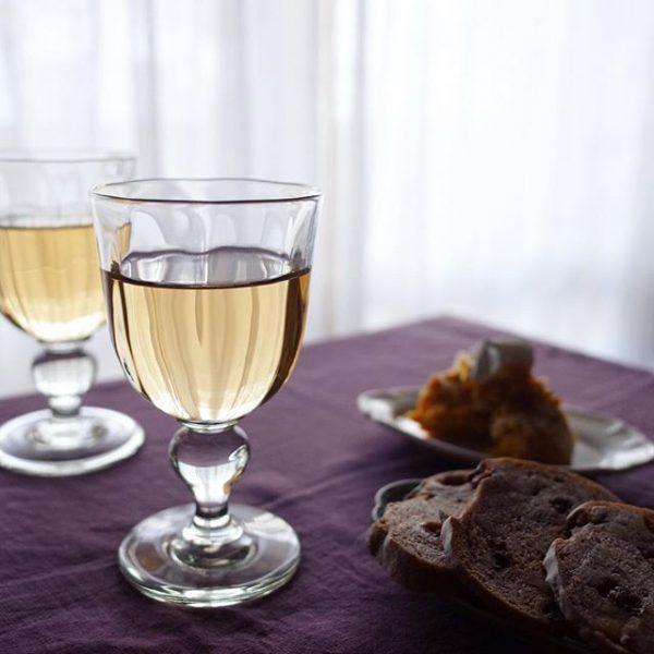 ワイングラスと綺麗な色の布を合わせる実例