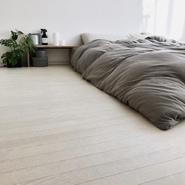 グレーで柔らかい印象のモノトーンな寝室