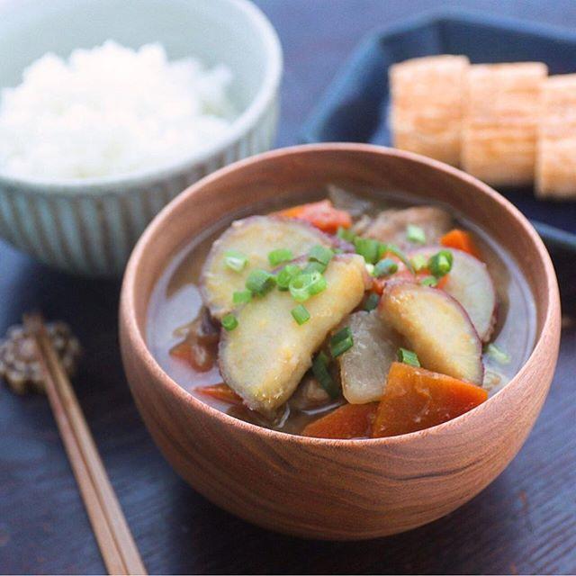 食材がたっぷり入った根菜と鶏肉のさつま汁