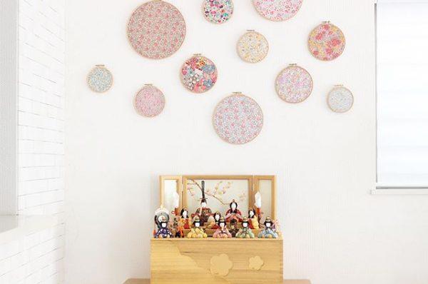 雛人形の上に刺繍枠をつけた可愛い飾り方