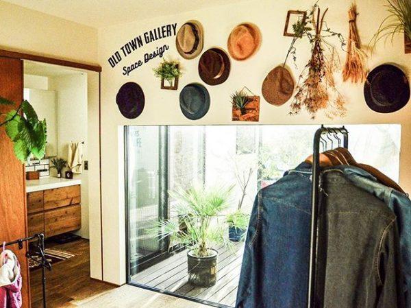 壁面を使ったディスプレイ風ニット帽収納