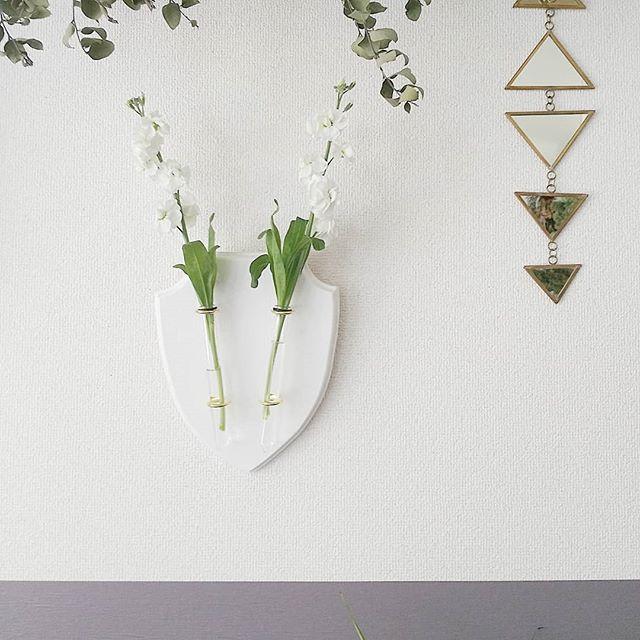 壁に可愛い花を飾ったおしゃれな部屋