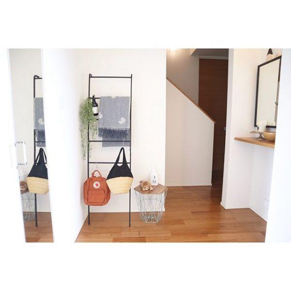 ラダーハンガーを活用した玄関の引っ掛け収納