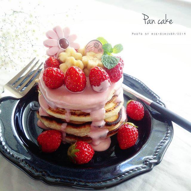 イチゴたっぷりのパンケーキタワー