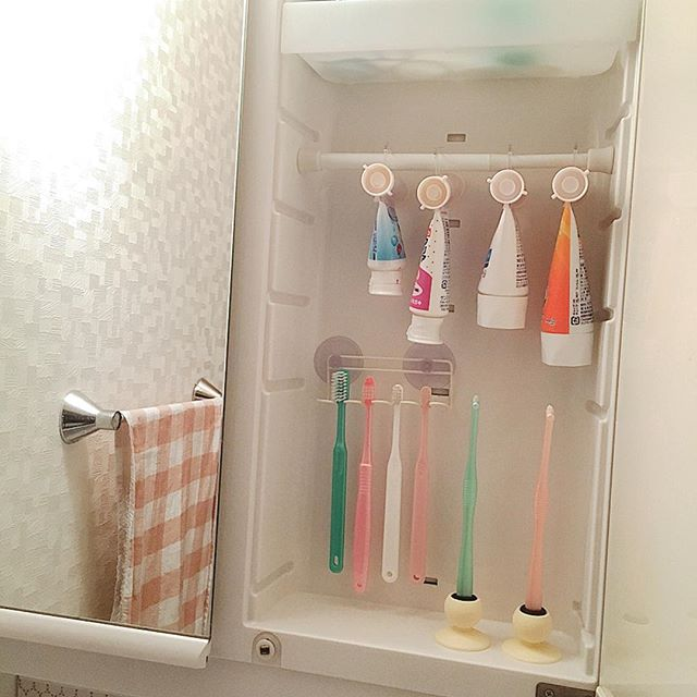 歯磨き粉は突っ張り棒に吊るして収納