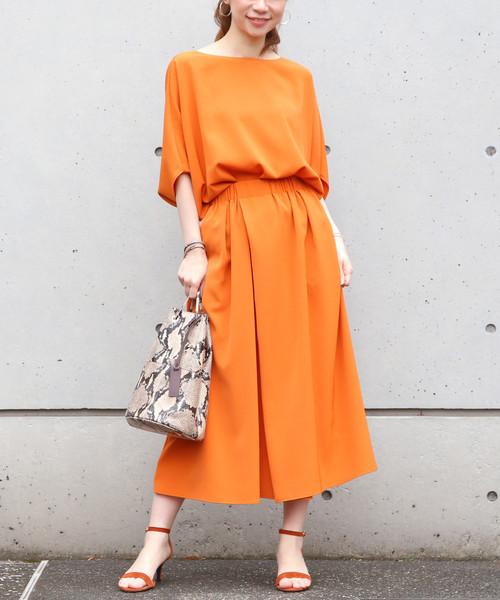 オレンジのセットアップの夏ファッション