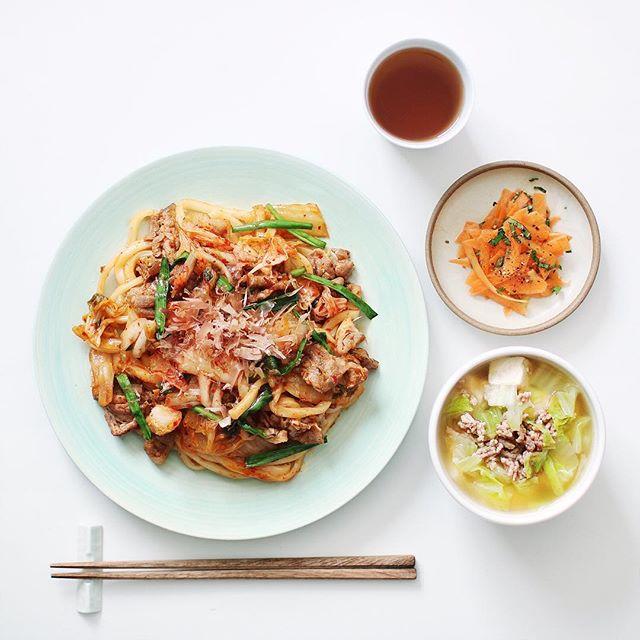 キムチ焼きうどんのシンプルな食事メニュー