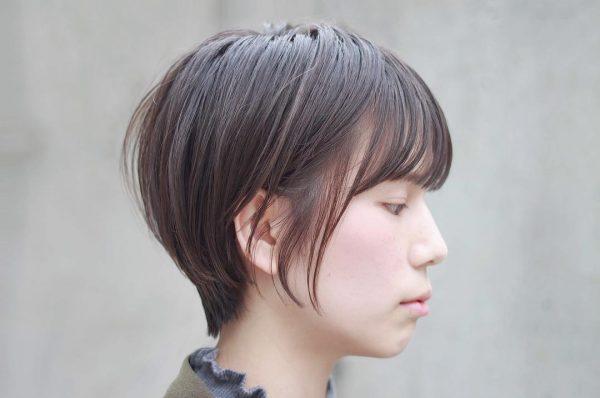暗髪でも柔らかい印象のくびれショートヘア
