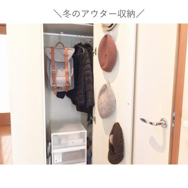 扉裏を利用したニット帽収納アイデア