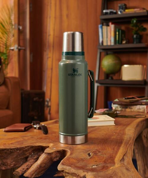 100年以上の歴史がある「STANLEY」の水筒は、おしゃれなルックスと耐久性に優れていることから、アウトドアシーンでも需要の高い水筒です。クラシックシリーズの真空ボトルは容量1リットルとたっぷり入るので、家族でのお出かけにも最適。サイドにはハンドルがついているので持ち運びにも便利です。昔ながらのおしゃれなグリーンカラーは、飽きることなく長く使えますよ!