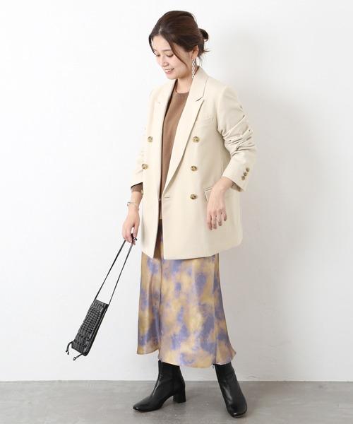 ダブル白ジャケット×タイダイ柄スカート