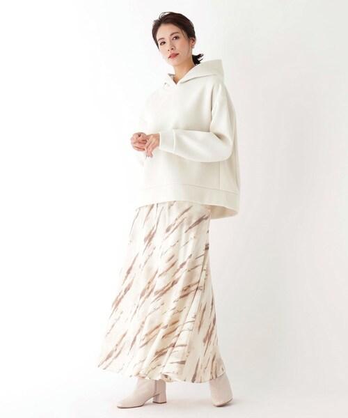 フェミニンな柄スカートできれいめ春コーデ