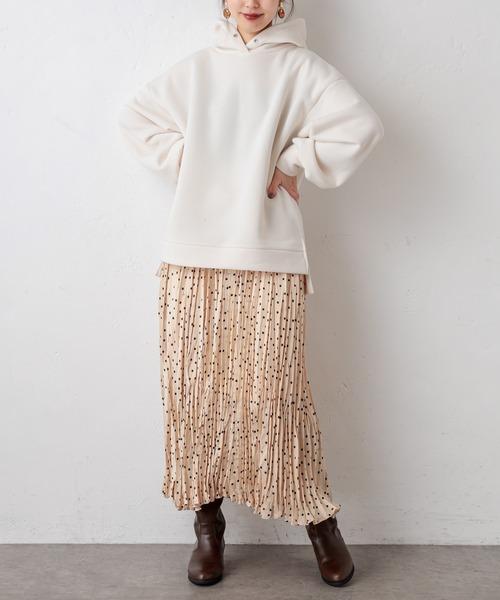 ドット柄スカートで甘めレディースコーデ
