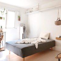 ベッド周りを有効活用する収納アイデア実例。小物類もスッキリしまって快適に