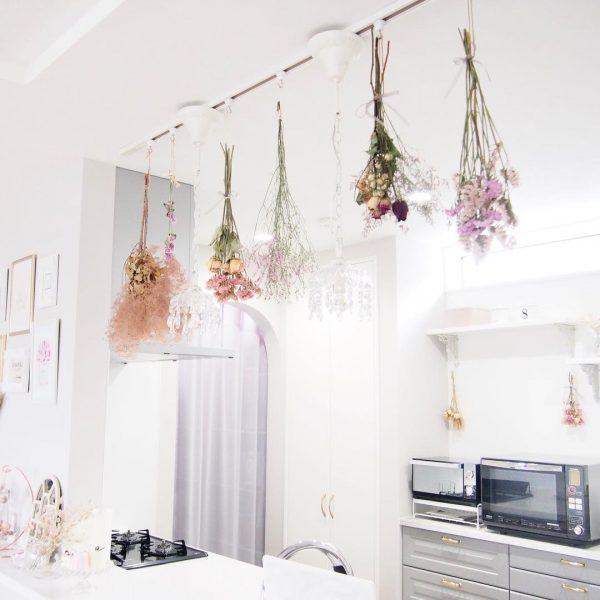 キッチン上にドライフラワーを飾る