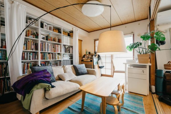ソファーでくつろぎながら楽しむ読書スペース
