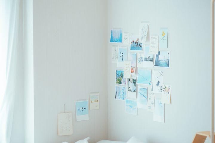 ベッドサイドの写真やイラストも青が多めに飾られていました。