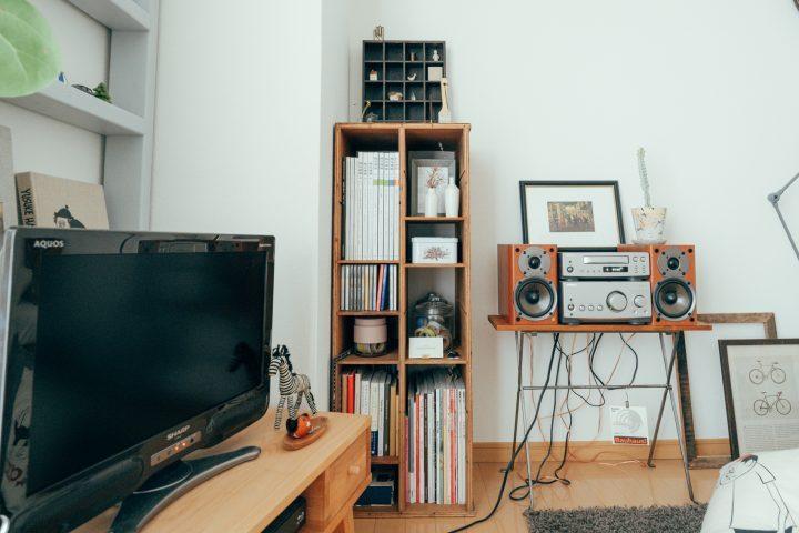 雑貨もいっしょに飾れる狭い部屋の本棚