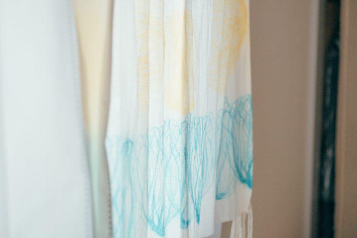 自然光でより色合いが映えるカーテンはお姉さんの手作り。