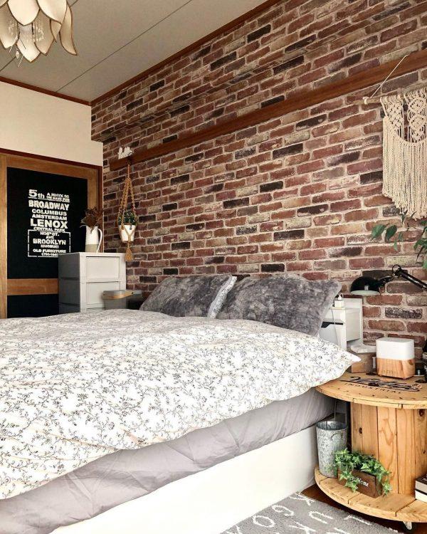 レンガ壁にグレーを合わせた寝室実例