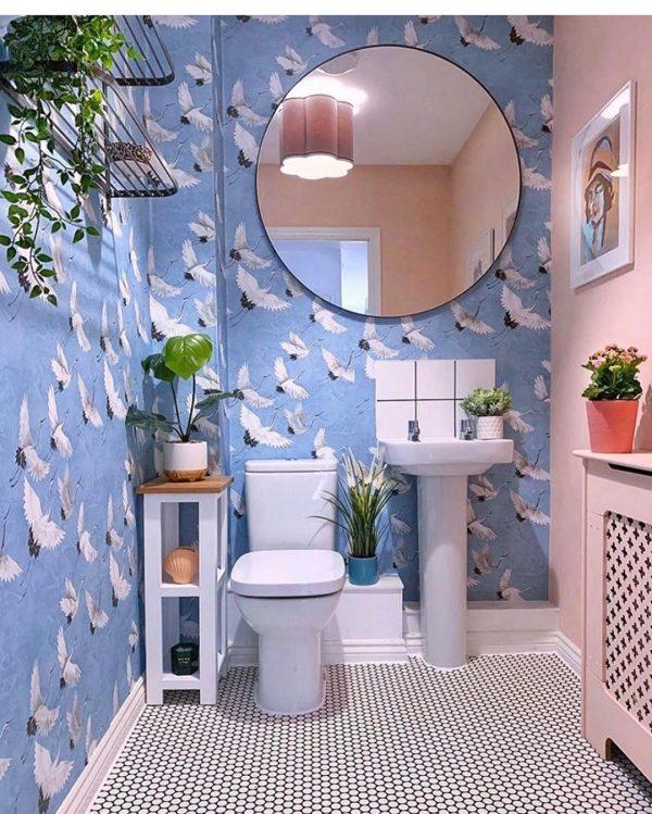 鶴モチーフの壁に丸い鏡が好バランス