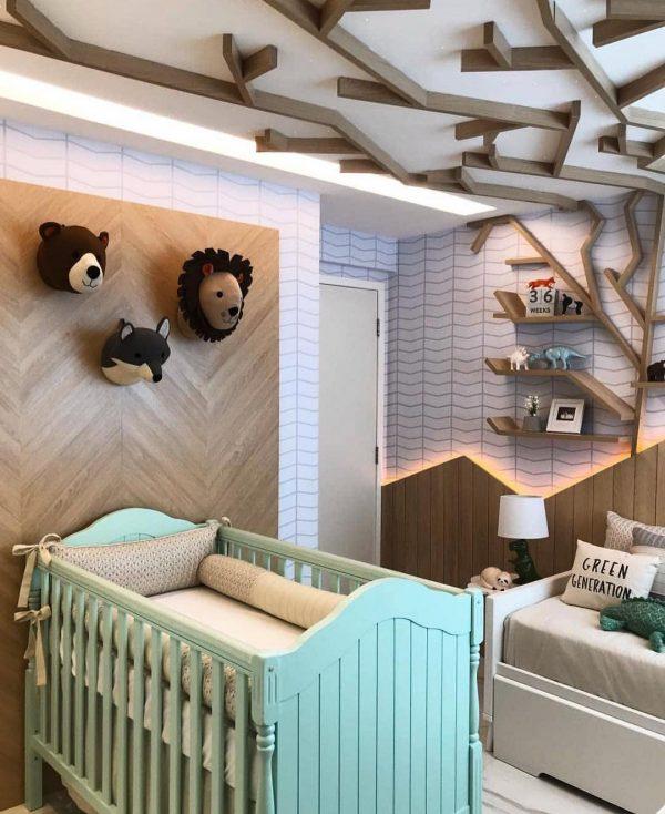 壁から天井に伸びる枝が楽しい子ども部屋