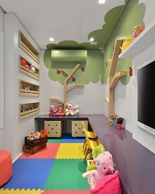 収納棚も兼ねたリンゴの木が子ども部屋の顔に