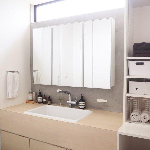 清潔感漂うシンプルな洗面所インテリア