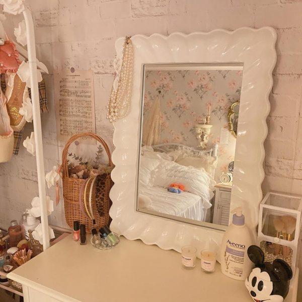白色フレームのミラーを置いたオルチャン部屋