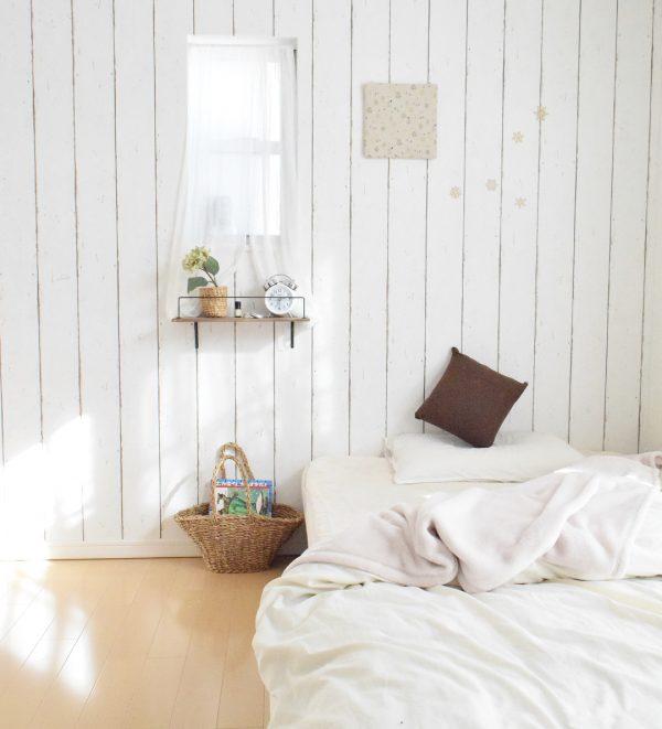 ベッドサイドの整理整頓に便利なかご