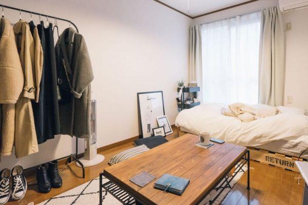 コンクリ調の壁が印象的な寝室実例