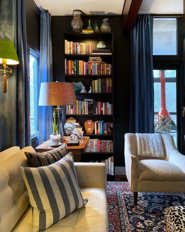 壁に同化する本棚をチョイス