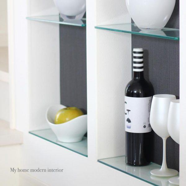 モダンな壁面収納にお酒をディスプレイ