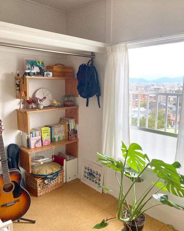 壁に造り付けた背の高い本棚