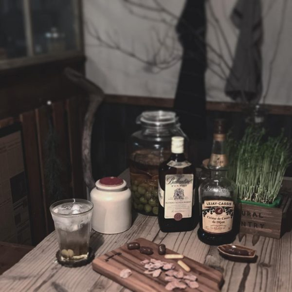 ヴィンテージ風テーブルにお酒ディスプレイ