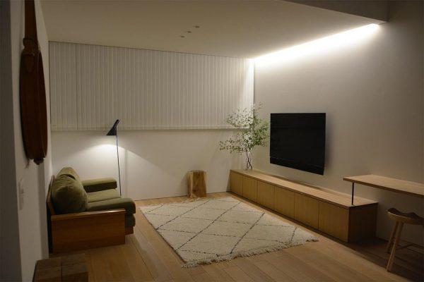 間接照明の灯りが心地よいソファスペース
