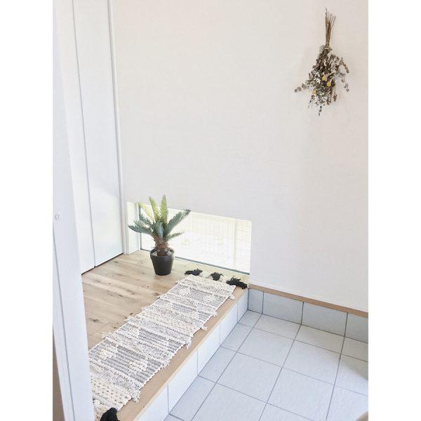 植物のディスプレイが爽やかな玄関インテリア