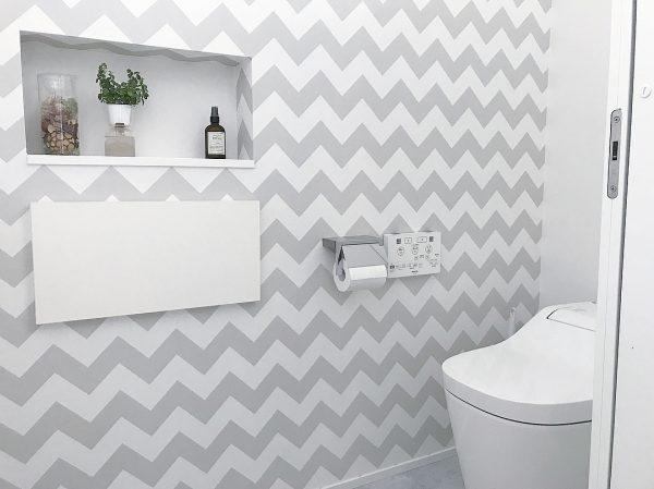 印象的な壁紙で仕上げたトイレ
