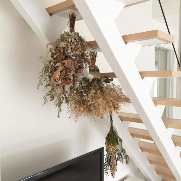 階段に吊るすドライフラワーの飾り方