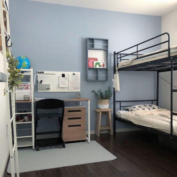 壁紙をシックにリメイクした8畳の子供部屋