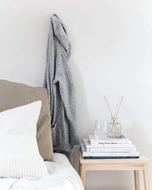 サイドテーブルで楽しむ寝室読書スペース