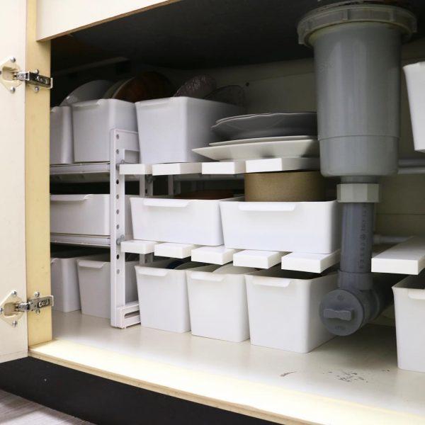 開き戸タイプのコンロ下収納 食器・タッパー