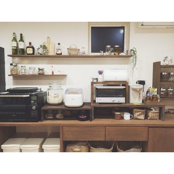 キッチンの壁にお酒をおしゃれにディスプレイ