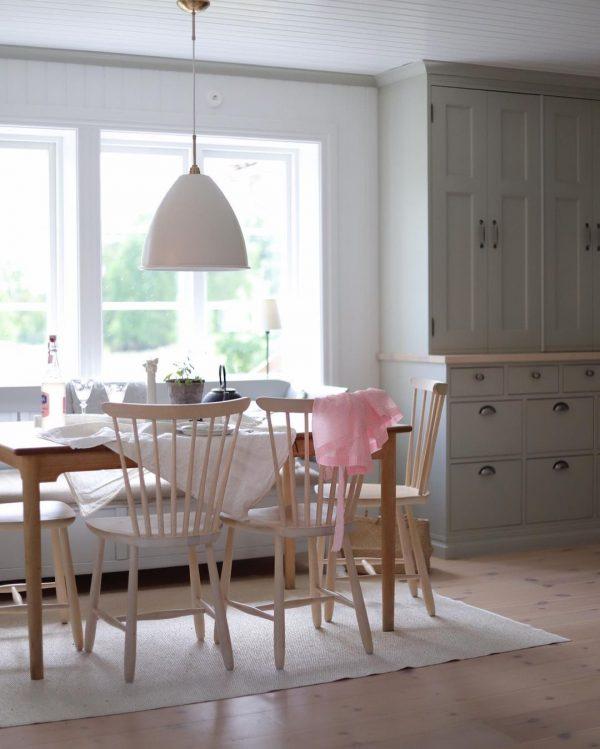 家具の色で雰囲気を変えて