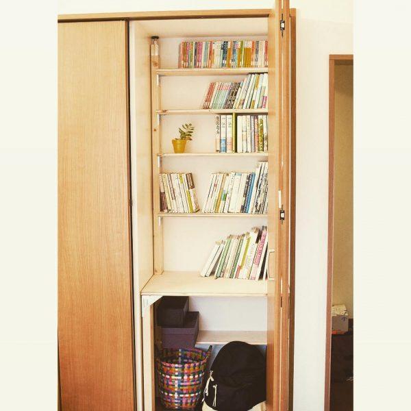 クローゼットの中のスリムな本棚