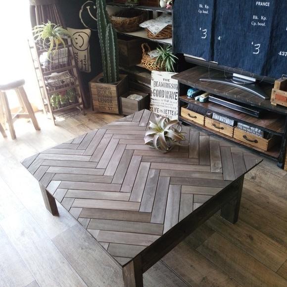 おしゃれなヘリンボーンの木製ローテーブル