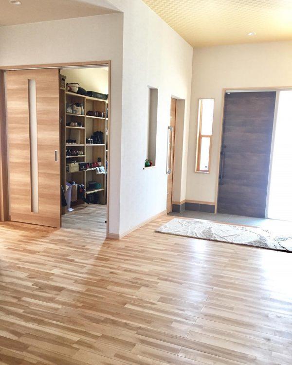 玄関がすっきり整うシューズクローク収納実例