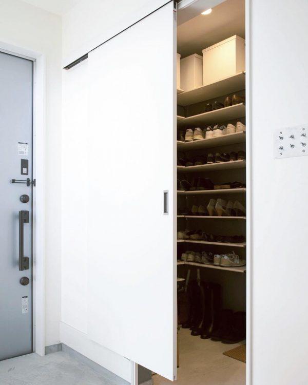 シューズクロークにL型棚で収納するアイデア