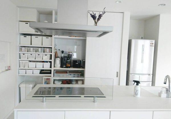 引き戸で目隠しできるキッチン背面収納